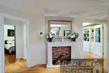 从走廊也可以看出实木复合地板延伸到了各个房间