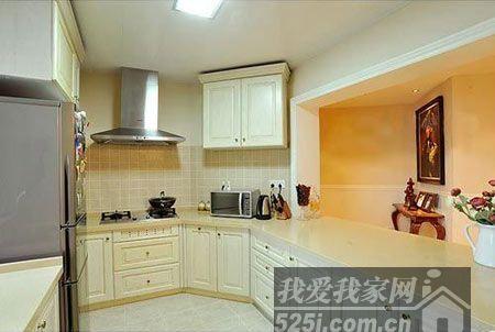 由于厨房是异型结构,橱柜的规划设计便更加重要