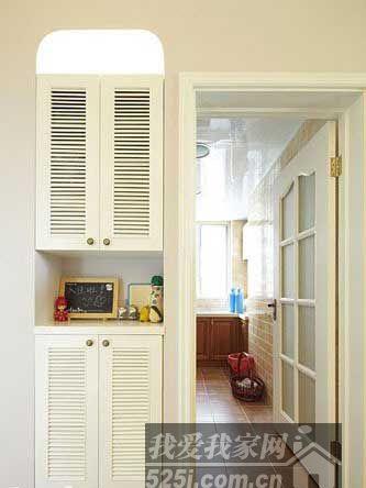 白色的木框玻璃门搭配仿古地砖和墙上的米色小格子