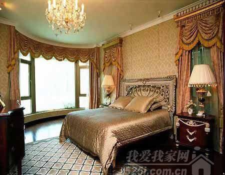 床头精美的花纹体现欧式古典主义的特色