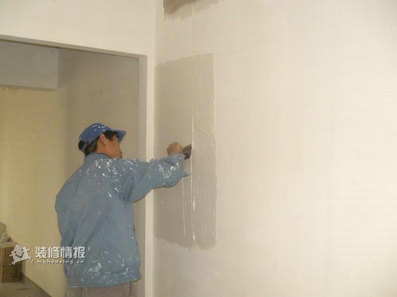 在装修二手房之前,首先应该请装修工人为洗手间进行闭水试验,检查以前的防水处理做的如何。方法是:堵住地漏,在洗手间放5CM的水,观察24小时,然后到楼下邻居家检查,如果没有漏水现象,证明防水处理做的很好;如果漏水的话,必须请物业重新做防水处理,做完防水处理后,要等地面完全干透,再帖瓷砖,否则地面会开裂。   2、水、电路改造的处理    水、电路改造是旧房改造最复杂的。水路改造,人们使用更多的是具有50年质量保证的日丰管。在所有的水路改造完成后,要做到管路合理、连接紧密、无跑冒滴漏、无违章拆移。电路的