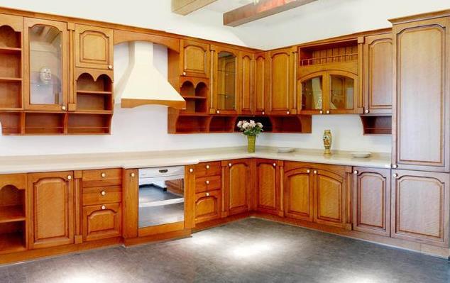 作为占据厨房绝大部分面积的家具,橱柜在厨房中的重要地位不言而喻。由于不同人家的厨房格局不一,橱柜一般都采取定制的方式。橱柜定制的周期较长,从装修前期就需要测量、画图、下单,装修期间可能还需复量尺寸,待厨房基础装修项目如水电改造、吊顶、墙面、地面饰面完成之后,就可以进行橱柜安装了。 定制橱柜的安装也是有一定的安装步骤的,不然安装好后容易出现问题,九正家居网就为大家讲解下定制橱柜的安装步骤。 一、橱柜设计图详解 橱柜安装时用到的板件,各种五金件等非常多,很容易弄混淆。而且容易因为安装不到位或安装过程中有损伤而