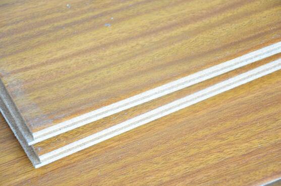 在现在的家装中,地面铺设实木复合地板的业主是越来越多了,那么实木复合地板有什么样的特点呢?大家了解吗?实木复合地板是以实木拼板或单板为面层,表层为优质珍贵木材,实木条为芯层、单板为底层制成的企口地板或以单板为面层、胶合板为基材制成的地板。接下来,九正家居网就要为大家讲述下实木复合地板的特点,希望可以帮助到大家。 实木复合地板好吗 实木复合地板可分为三层实木复合地板、多层实木复合地板两大类。三层结构实木复合地板,由三层实木交错层压形成,表层为优质硬木规格板条镶拼成,常用树种为水曲柳、桦木、山毛榉、柞木、枫木