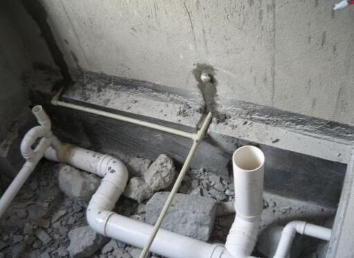 提起卫生间排水管安装,很多人其实并不是很了解,甚至是没有听说过。不过,在建筑装修中,卫生间排水管安装的身影随处可见,尤其是我们现在的家庭装修,对其非常注重。那么卫生间排水管安装技巧及注意事项究竟是什么样的呢?关于卫生间排水管安装的施工知识又有哪些呢?下面,九正家居网为大家讲述下卫生间排水管的安装方法和安装注意事项,希望可以帮助到大家。 卫生间排水管安装技巧  卫生间水管分上水管和下水管。对于这两种不同的水管,它的安装方法也不尽相同,这点需要注意一下。对于下水管而言,下水管一般做在地板或墙里,不宜改动。 上