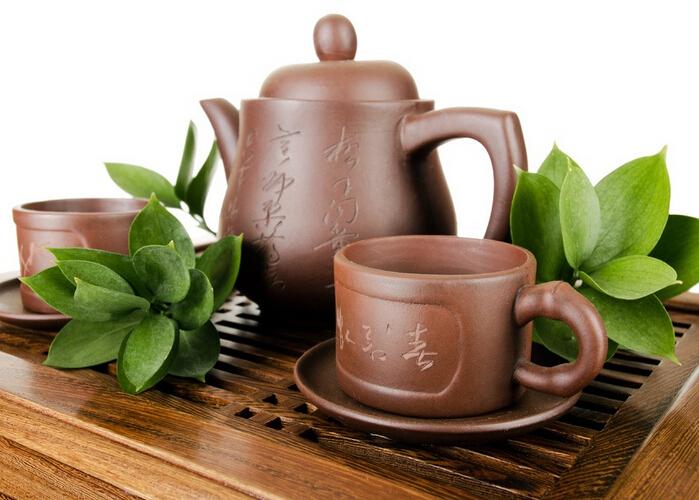 紫砂壶长久以来,被人们推崇为理想的注茶器,它优良的实用功能是由于紫砂壶能发出茶之色、香、味,并且既不夺香,又煮熟汤气。下面九正家居网为大家讲述下紫砂壶的保养方法,希望可以帮助到大家。 紫砂壶的保养之注意事项一 新的紫砂壶首先要决定此壶将用以配泡哪种茶,譬如重香气茶或重滋味的,如果讲究的话,都应该有专门备泡的壶,同时也可使新紫砂壶接受滋养,方法是用干净锅器盛水把壶淹没,用小火煮壶,将茶叶同时放入锅中同煮,等沸腾后捞出茶渣再稍等些时候取出新壶,置于干燥且无异味处随自然阴干后即可使用。 紫砂壶的保养之注意事项二
