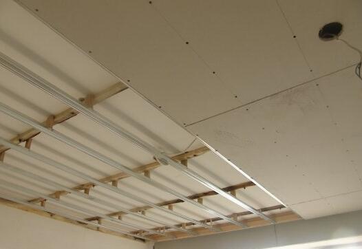 吊顶让我们拥有丰富多彩的生活,抬头不再是白刷刷一片,带给我们一片亮丽的家居天空,但是大家对石膏板吊顶的施工工艺并不是很了解,下面,九正家居网为大家讲述下石膏板吊顶的施工工艺,希望可以帮助到大家。 施工顺序:弹吊点位置线、弹吊顶高度线、打眼安装吊杆、安装主龙骨安装T型主龙骨及小骨、机电设备安装、验收、安装石膏板。  1、根据房间50水平线,用尺竖向量至吊顶设计标高,办公室2.