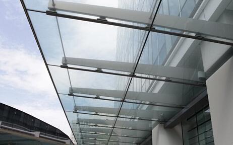 玻璃雨棚如何施工 玻璃雨棚的施工流程  6,连接受力拉索:定位拉杆基准
