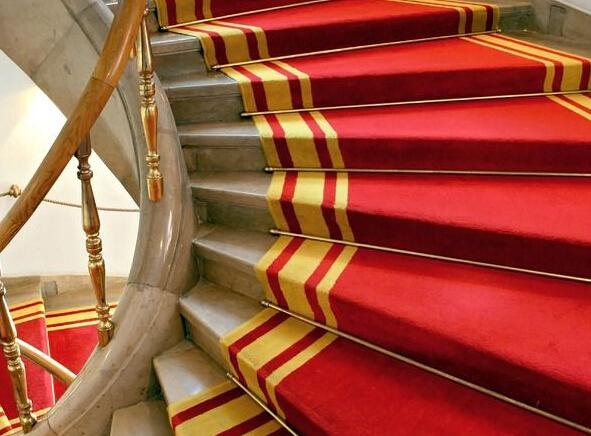 楼梯地毯如何铺设 楼梯地板的铺设方法