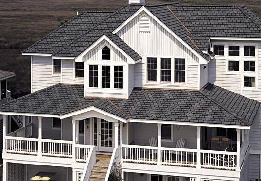 沥青瓦,是一种新型的防水建材,也是一种应用于屋面防水的新型屋面材料。沥青瓦不只是应用于别墅,还可以应用于其他的建筑屋面。下面,九正家居网为大家讲述下屋面沥青瓦的施工流程,希望可以帮助到大家。 屋面沥青瓦施工与安装步骤详解 一:正确的钉子固定方式对于屋面的良好的性能非常关键。  在安装中要确保正确固定钉子,则需钉子应笔直钉入,且钉帽与瓦齐平。钉子固定的数量取决于瓦的种类和屋面的坡度,屋面坡度大于60度或大风地区需要额外加钉子与胶水。 二:沥青瓦的初始层 沥青瓦的初始层是用沥青瓦切割而成的,去掉它的外露面后,