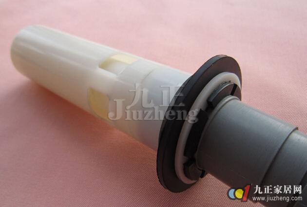 洗手池下水管的材质有塑料下水管和不锈钢下水管两种。那么洗手池下水管如何安装?下面,九正家居网为大家讲述下洗手池下水管的安装步骤,希望可以帮助到大家。 一、洗手池下水管材质 1、塑料下水管:这类下水管通常采用优质的PP塑料制造而成,可随意弯曲,韧性好,几乎不受空间约束,且价格便宜。 2、不锈钢下水管:不锈钢制是外表,实质上这类下水管大多是采用不锈钢加ABS工程塑料制造,具有耐腐蚀性强,不易老化,安装方便,紧固耐用,使用寿命长等特点,价格比塑料面盆下水管稍贵。  二、安装技巧 安装技巧一:把下水管放到洗手瓷盆