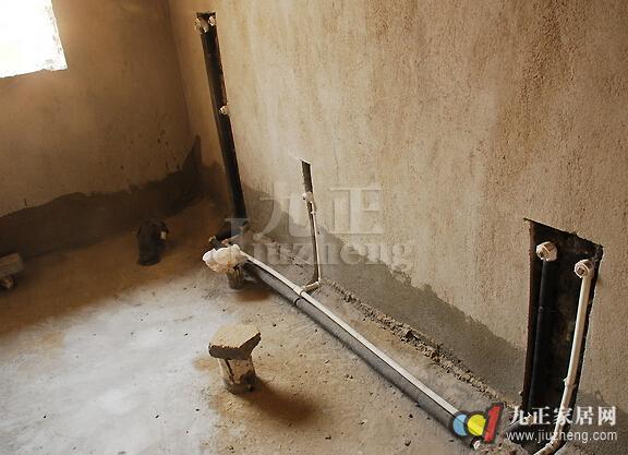 家居冷热水管管路开槽方法  在安装冷热水管过程中在墙内开槽把水管暗