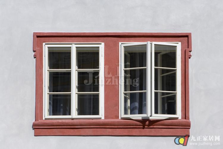 你在装修时是否注意窗户也是家中的一道亮丽风景线。你们了解窗户有哪些吗?下面跟九正家居网一起来看看窗户的种类吧。 1、平开窗:是一种传统的窗型,应用范围最广,分内开、外开两种。内开启便于擦窗,但开时占据室内空间,制作不当,雨天会向内渗水。向外开的窗扇防水性能好,开启时不占室内空间,但大风雨天易受损,对五金件强度要求较高。