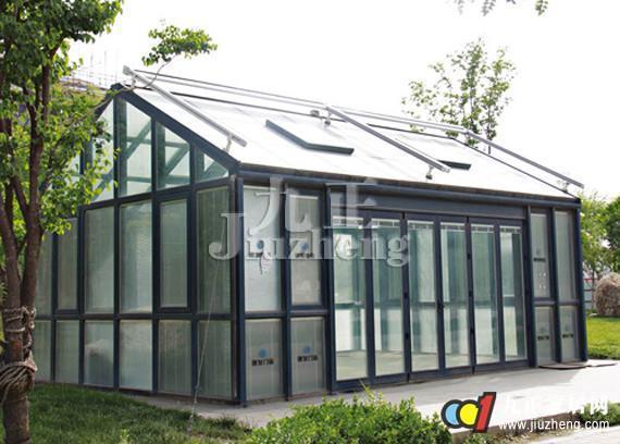 阳光房是什么?从外观来看,阳光房就像一座玻璃建造的宫殿,华丽高贵。接下来就跟九正家居网一起来看看阳光房设计原则。 阳光房简介: 阳光房也叫玻璃房,是一种采用玻璃与金属框架搭建的全明非传统建筑,以达到享受阳光,亲近自然的目的。阳光房有一个很好听的英文名字winter garden,直译就是冬日花园的意思。它有两层涵义:一是它实现了居室和阳光的亲密接触,即使在寒冷的冬日,也能够享受到阳光的温暖。二是由于阳光房独特的保温效果,可以实现greenhouse的功能,即使在寒冷的冬天,也能为家人营造一个温馨的居室环