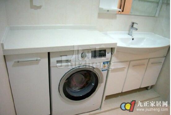 洗衣机是家庭中必备的家电产品之一,随着自动化技术的全面应用,现在的洗衣机使用起来都非常简单,甚至实现了一键洗衣的便捷操作。不过,对于洗衣机使用前、使用中和用完保养方面的小常识,大多数消费者还不是非常清楚,九正家居网今天为大家筛选了一些洗衣机使用中常见的注意事项以及安装方法,一起来看看吧。 洗衣机固定方法 1、检查外包装箱是否完好,若完好,打开外包装箱 2、卸下杯面的四颗固定螺栓,连同里面的橡胶垫一块取出,并保存好。 3、将防尘盖安装在固定螺栓位置,并用梅花螺丝刀将其固定好。 4、打开前面板的门板,取出里