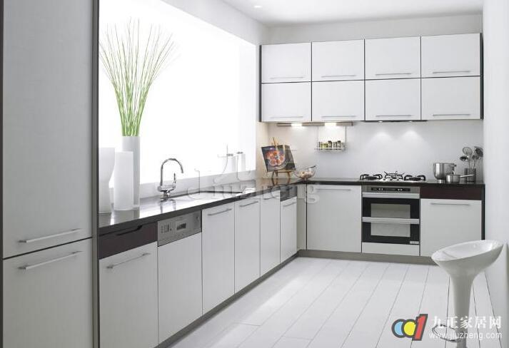 在现代家居生活中,厨房直接影响了居住者的生活品味,因此选购橱柜一定不能轻视,而目前市面上橱柜的材质很多,那么橱柜门板哪种好呢?下面九正家居网给大家详细介绍橱柜门板的种类以及橱柜选购的注意事项。 橱柜门板分类 一、橱柜材质分类 橱柜选购的首要任务是看材料,包括橱柜的柜体材料、面板材料和台面材料,根据自己家居的风格、需要的功能合理选择材料是必须的。 1、柜体面板材料分类 在橱柜材料分类上,主要有柜体、橱柜门板、五金件、台面大理石、电器五大类。其中厨房的柜体材料一般有: 实木板、刨花板、密度板、防潮板等;门板橱
