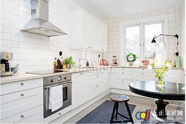 厨房间的操作环境是高温环境,所以选择瓷砖的颜色应当是浅色或者冷