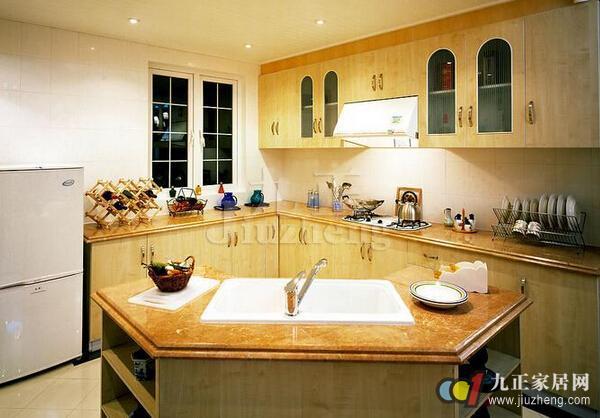 冰箱、炉灶、水槽,抽油烟机厨房内的用品可真不少!怎样摆放这些用品,不仅会影响到使用起来的方便性,同时还会对厨房的风水好坏产生一定程度的影响。话不多说,接下来,九正家居网为大家讲述下厨房物品的摆放风水,希望可以帮助到大家。 一、首先说厨房的安置问题: (1)不规则屋不可以做厨房,那样会影响到家人的健康问题,这是最需要避忌的。 (2)其次厨房是财运的象征,切不可与大门相对。大门为理气的入口,是家人、朋友进出的地方,大门正对厨房,会让财气显露在外,导致财政的拮据。 (3)其三,厨房最好不要安置在主人房的隔壁,