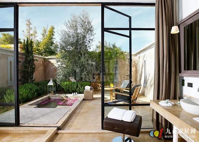 阳台是外界通风换气的一个窗口,是整个家居环境的重要组成部分。我们在布置阳台的时候,不能仅看装修风格、家具等,还要注意阳台的朝向风水。今天,九正家居网为大家讲述下阳台朝向的风水禁忌,希望可以帮助到大家。 阳台朝向风水朝东或朝南是极好的 1、朝东  古人有云紫气东来,顾名思义就是有紫气从东边而来。紫气也就是祥瑞之气,如果祥瑞之气经过阳台,再进入住宅的话,就能保佑家人吉祥平安。所以我们在选择阳台朝向的时候,应该让其朝着东方。而且日出东方,如果太阳一早就照射进来,就会让整个居家显得明亮又温暖。家人也会因此有