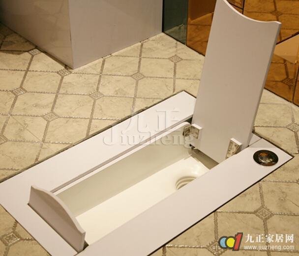 蹲便器是家庭中不可缺少的洁具,而随着人们对室内整体装修效果的逐渐重视,隐形蹲便器越来越受到大家的欢迎,那么隐形蹲便器怎么样呢?下面九正家居网给大家详细介绍隐形蹲便器的特点以及选购相关知识。 隐形蹲便器的优势 1、使用方便 市场出现的翻盖式蹲便器由于使用不方便一直在公共场所难以普及,而现有的隐形蹲便器与之相比则有很多优点。该产品在使用时只需打开电源开关面板自动伸缩打开,不用时关闭电源开关面板自动关闭同时自动冲洗,方便又卫生。 2、节省空间 面板可以定制跟地板一样的颜色从而达到美观的效果,隐形蹲便器用于家庭则