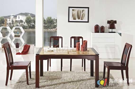 最近几年,实木餐桌备受消费者的欢迎,实木餐桌具有坚实牢固、健康环保的特点,那么大家知道实木餐桌哪种木材好吗?接下来就跟着九正家居网一起来看看答案以及实木餐桌的保养方法知识。 实木餐桌哪种木材好? 首先,我们来看看胡桃楸木。这种材质较为松软,纹理清晰,结构细腻均匀,耐腐蚀性强,不变形、开裂。质量中等,具环保的特点,用这种实木材质做餐桌是一个不错的选择。 橡木材质的餐桌在市场上比较常见,橡木材质硬度大,不易变形,收缩,木纹美观大方,橡木材质也是现今实木餐桌的一种主用材质。 水曲柳属中等材质,木纹美观大方,但也