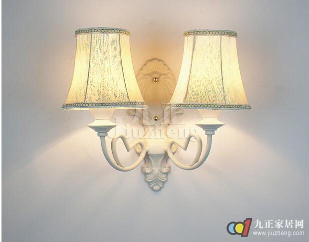 壁灯是家庭照明重要的一部分,不但可以成为点睛一笔,还给人以幽雅清新之感。而我们在选择好了合适的壁灯之后,就一定要注意安装,那么怎样安装壁灯呢?下面九正家居网给大家详细介绍壁灯安装位置以及安装壁灯需要注意的事项。 壁灯安装位置 壁灯一般布置在床、桌、沙发、茶几等低矮家具的空阔墙面或安装在墙角上,不宜安装在床头板正中的墙面上。在浴室墙上安装壁灯时,要注意将灯具安装在与窗垂直的墙面上,以免在窗上反映出阴影。 壁灯安装高度 壁灯安装高度应略超过视平线1.
