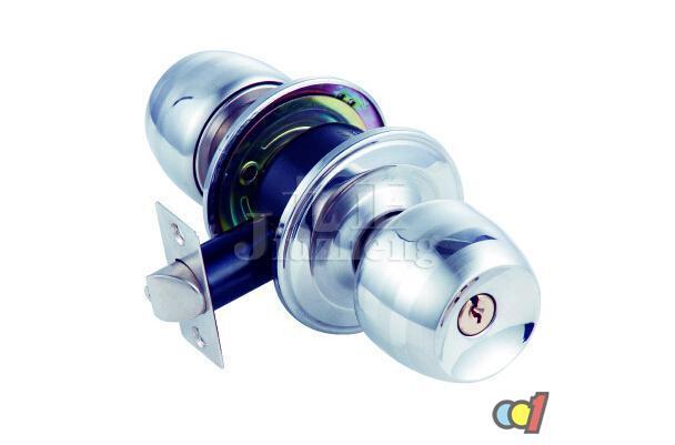 球形门锁是家庭中常用的锁具,球形门锁就是内、外执手(锁柄)为球形,较多的用于安装在木门、钢门、铝合金门及塑料门上使用的门锁。那么球形门锁具体怎么样呢?下面九正家居网给大家详细介绍。 球形门锁怎么样 球形锁按照锁体结构分为:圆筒式球锁、三杆式球锁、固定锁、拉手套锁;锁闭装置分为按钮、旋钮及按旋钮。 球形锁按照锁头结构分为弹子球锁、叶片球锁。 球形锁按照其不同的使用要求,如性能、安全、实用性和最终使用效果等分为A级(安全型)和B级(普通型)两种。 球形门锁的选购: 看品牌:锁具,是一个家庭安全的重要链接,所以
