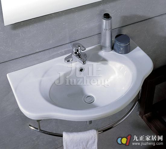 每天我们起床的第一件事就是洗漱,所以洗脸盆是我们家居中必不可少的洁具,但是洗脸盆安装高度是多少,才能是最舒适和方便的呢?而且我们如何清洁保养才能更长久地使用洗脸盆?今天,九正家居网就给大家介绍洗脸盆安装高度,以及洗脸盆清洁保养。 洗脸盆安装高度 洗脸的时候,一旦有水溅到身上,这是最麻烦的事情了,同时也是我们最不舒服的一点。