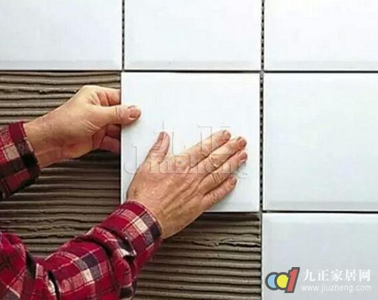 瓷砖是我们家居中比较常见的一种家装材料,在挑选和铺贴的时候都需要多加注意,因为瓷砖如果挑选不当,或者贴错了图案或位置,就会影响到整体的家装风格。今天,九正家居网就给大家讲讲瓷砖挑选技巧,以及瓷砖铺贴步骤。 瓷砖如何挑选 1、色感: 主要是瓷砖的有无色差,花色是否丰富,好瓷砖无色差、花色丰富多样,比如金舵陶瓷的帕拉依巴采用双线布料析晶技术,花色清新流畅,无色差,且花色丰富。消费者可以将瓷砖平放在地面上,拼成1平方公尺,距离三公尺观看,是否有颜色深浅不同或者无法衔接的感觉,有没有造成美观上的障碍,如无,则表明