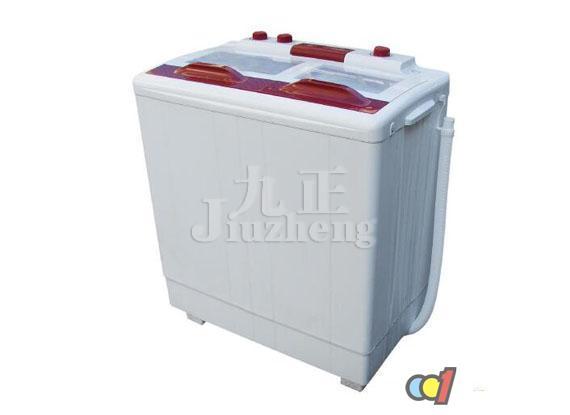洗衣机在使用的过程中往往会出现一些令我们很懊恼的故障,比如洗衣机漏水,洗衣机漏水怎么办呢?下面跟九正家居网一起来看看洗衣机漏水原因及解决方法吧。 一般洗衣机漏水原因分析 1.洗衣机漏水一般来说是排水胶阀的问题。排水胶阀破损、变形等会造成漏水。同时,排水胶阀的弹性太强或者弹性太少,只要与排水口的紧密度不够就会出现漏水的情况。只需要更换新的符合大小的排水胶阀即可。弹簧压伸形变的路径稍偏斜于弹簧的中心轴线,使排水胶碗不能于正中位置压紧在排水口上。这会导致排水口与排水胶碗的部分接触边缘出现小缝隙; 2.
