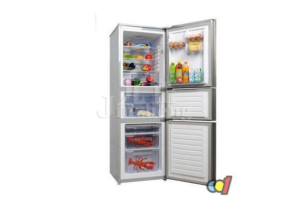 提起无氟冰箱,很多人并不会感到陌生, 什么是无氟冰箱呢?下面跟九正家居网一起来看看无氟冰箱制冷原理吧。 无氟冰箱简介 无氟冰箱是指不使用氟利昂作制冷剂的电冰箱,普通冰箱的制冷系统一般是使用氟利昂作为制冷剂,氟里昂泄漏到空气中,受到紫外线的照射后,会发生化学反应,使臭氧减少,导致臭氧层的破坏。而臭氧层的破坏会对人类的健康以及生物的生长构成很大的威胁。因此,后来国家发布了对氟利昂制冷剂的规定,凡是使用氟利昂制冷剂的产品都不得生产销售。这就促使了无氟冰箱的发展。 无氟冰箱采用R-134a或者R600A代替氟利昂
