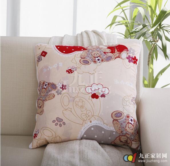饰品,它既可当抱枕靠垫,又可以拆开当被子,它在冬天的时候可以拆开搭在被子上保暖,春秋的时候可以直接当被子使用,夏天的时候又是一条优质的空调被,它一年四季都有用的。那么,抱枕被子两用靠垫如何选购以及抱枕被子两用靠垫价格贵不贵呢?如何自己制作沙发靠垫有什么方法呢?下面和九正家居网一起来看看吧。 抱枕被子两用靠垫价格 抱枕被子两用靠垫因为其不同的品牌所以价格不一样,下面介绍几款供大家参考。  全棉抱枕被子两用 纯棉靠垫 加大汽车办公学生午休被冬季小被子 ¥62.