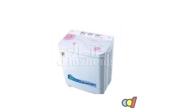双桶洗衣机是由洗涤桶和脱水桶双桶组成的洗衣机,是一种兼具洗衣和脱水功能的洗衣机。洗衣机使用一段时间后,可能有些部件会坏,需要更换,那么就要对双桶洗衣机进行拆卸,如何拆卸双桶洗衣机呢?下面跟九正家居网来看看双桶洗衣机拆卸方法吧。 1、进水系统的拆卸 1)用十字螺钉旋具卸下后盖板紧固螺钉,取下后盖板并解开箱内导线。 2)用手抓住洗涤桶内溢水过滤罩上方的两个圆孔,向外拉出排水阀架和排水拉带。 3)用手压下排水阀杆上方的阀架下钩,使排水拉带与挂钩分离,并拉出排水拉带。用螺钉旋具取下连接三角底座与连体桶的自攻螺钉。