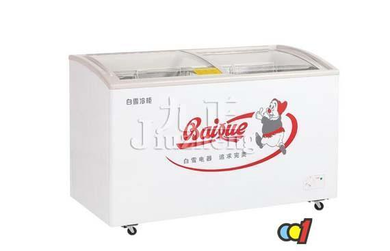 冰柜不制冷是大家经常会遇到的问题,冰柜不制冷怎么办呢?今天九正家居网将要来告诉大家冰柜不制冷原因及解决方法知识。 冰柜不制冷的原因 1、冷柜膨胀阀与出液阀调整不当、系统内制冷剂过多、制冷系统存在空气、阀板组件密封不良、压缩机缸套活塞磨损等。 2、压缩机内高压输出缓冲管断裂,或固定此管的螺钉松动,造成高压管不排气,低压管不吸气,所以压缩机虽运转,但不制冷。 3、制冷系统泄漏,制冷剂全跑光了,压缩机虽运转,但系统中无制冷剂蒸发吸热,所以电冰箱内温度不下降。 4、毛细管中阻塞,制冷剂不能进入蒸发器中蒸发吸热,所