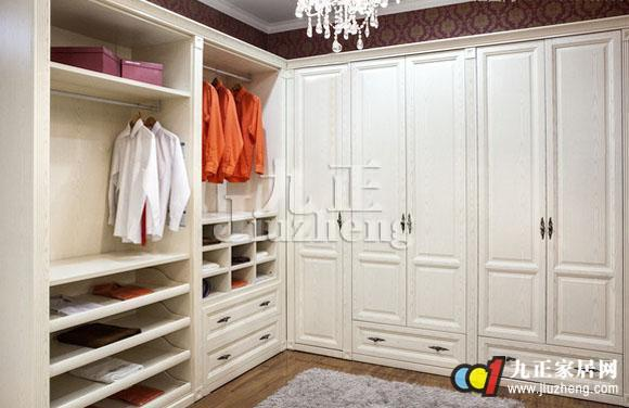 整体衣柜安装实在看似一个复杂的过程,只有你了解具体的安装步骤和方法后,你就会觉得整体衣柜安装也没有想象中的那么难,整体衣柜怎么安装呢?下面跟九正家居网来看看整体衣柜安装流程吧。 整体衣柜安装流程-准备阶段 料到场 比较正规的家具厂商,板材运送到现场时一般都有纸板包装。拆开包装后验收一下各块板材和五金件。比如说德维尔衣柜,在特定的地方都有德维尔的专属标志! 固定螺丝 板材上一般都按设计图留好了钉眼,在现场的工人用专用工具把螺丝固定好。 量裁侧板 由于衣柜是贴墙放置的,所以侧板上要在踢脚线的位置锯掉一块。