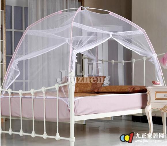 帐顶帘头安装方法,将装饰帘摊开铺盖于蚊帐支架顶上,根据帘头的魔术贴