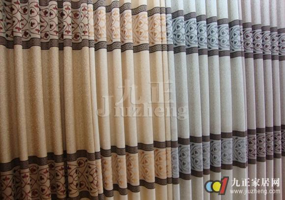 窗帘布,是家居必备装饰品。不仅遮光、保暖,且美观大方、个性时尚。面对市场上众多款式的窗帘布,怎么选选窗帘布呢?下面跟九正家居网来看看窗帘布的选购技巧吧。 1)窗布布料质地的挑选: 不一样质地的窗布布会发生不一样的装饰作用。丝绒、缎料、提花织物、花边装饰会给人以雍容华贵、绮丽堂皇之感。方格布、灯心绒、土布等能创造一种闲适舒服的风格。窗布布最好不要过于润滑闪亮,由于这么的布料容易反射光线、影响眼睛,还会给人以冷冰冰的感觉。  2)窗布的厚度及严实性的挑选: 这要依据周围环境来思考,房间位居高层,野外空阔,可迁