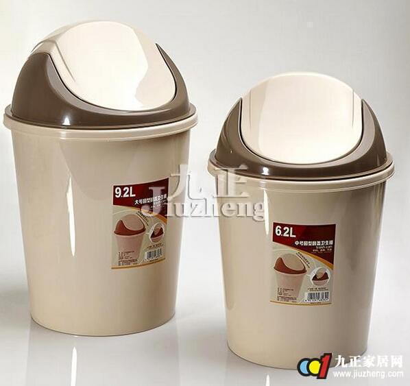 垃圾桶是生活必不可少的,那么如何挑选垃圾桶呢?如何辨别垃圾桶?下面和九正家居网一起来看看吧。 怎样挑选家用垃圾桶 1、尽量选择不锈钢和竹编材质。 如今市面上的一些垃圾桶由于塑料材质来源不清,可能会带有一些放射性物质或有害挥发性物质,存在一定的健康隐患,而不锈钢和竹编的不仅少有此类问题,也容易清洗。另外,小一点的垃圾桶,可以促使人们勤倒垃圾,缩短了病菌滋生的时间。  2、家中有两个垃圾桶已足够。 垃圾桶放多了既占地方,又增加污染的比例,一般厨房、客厅各放一个即可。厕所马桶如果冲水功能较好的话,便后的卫生纸可