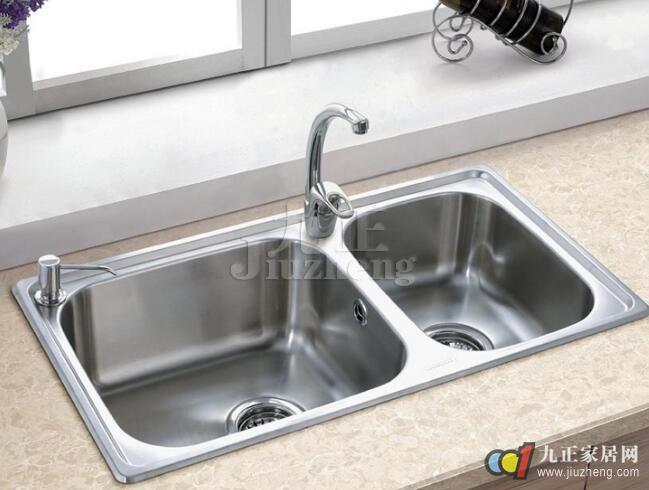 优质水槽龙头加工精细,表面有良好的光洁度,龙头表面几乎可接近镜面的效果,且不失真。轻便薄巧的水槽龙头不仅能使水槽拥有最大的洗涤空间,而且溅出水槽的水也能轻轻松松抹入水槽中。起泡器可以让流经的水和空气充分混合,让水流有发泡的效果,使水的冲刷力得到提高,从而有效减少用水量。那么具体的标准是什么?下面,九正家居网为大家讲述下水槽水龙头的选购标准,希望可以帮助到大家。 厨房水槽龙头的选购标准:  1、从水龙头结构特点来讲,可分为陶瓷阀芯单柄水嘴和90开关水嘴以及螺旋稳升式橡胶三类水嘴。前二类产品都是以工业陶瓷经特