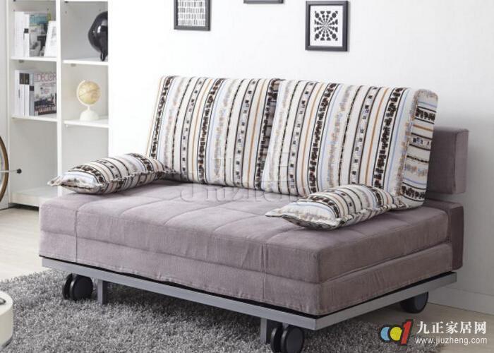 沙发床在我们家庭中使用的越来越广泛,尤其是在小户型的家装中使用的较多,那么怎样选购沙发床呢?下面九正家居网给大家详细介绍沙发床选购的相关知识。 如何选购沙发床 沙发床毕竟不是床,一些行业人士认为,由于要当沙发来坐,考虑到坐的舒服程度,沙发床内的弹簧用量要比正常的床垫少,相比之下弹力不够,人长年躺在上面睡觉,骨骼得不到充足的放松,不利于睡眠。所以,最好给自己买一张床,沙发床用来作为辅助品。可能由于这个原因,目前专门生产沙发床的厂家很少,大多数的品牌家具只是把沙发床当成是自己的花色品种。因而在买沙发床的时候