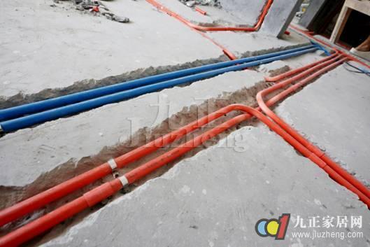 有些施工人员为了让管线看起来更加清楚,每一条电线都使用一根管线,这样,墙面内部就埋下了不少的管道。让日后维修的时候,难以找出问题管线的位置,或者必须破坏墙面与地面的大部分结构,才能找到问题点。一般来说,线路应该做成活线,在不超过管线容量的百分之四十的情况下,将同一走向的电线放在一根管内。这样既经济,又避免了日后维修的麻烦。 误区3:电线不加套管直埋 有些不负责任的施工方在施工时将电线直接埋到墙内,电线没有用绝缘管套好,电线接头直接裸露在外,这样容易引发安全隐患,是典型的偷工减料现象。在日后的生活中,电线