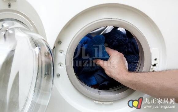 洗衣机套筒上的污垢是由水垢、洗衣粉游离物、衣服纤维素、人体有机物及衣服上的灰尘细菌组成的,经过繁殖和发酵后,这些污垢会对所洗的衣服造成二次污染,严重影响了人体健康,下面,九正家居网就教大家如何清洗洗衣机以及洗衣机怎样保养。  如何清洗洗衣机 1、滚筒洗衣机目前市场上有洗衣机专用清洗消毒剂销售,按照产品说明书的使用方法,将清洗消毒剂产品直接倒入洗衣机筒内,加清水至高水位,运转洗衣机3~5分钟左右,使完全溶解,关闭电源,浸泡至产品说明书要求的时间,一般1~2小时。然后,按洗衣标准模式运行洗衣机一遍即可。 2、