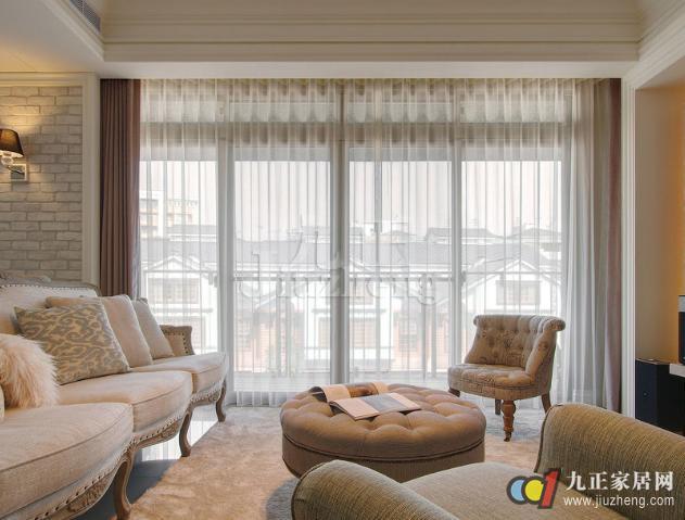在我们的家居中,客厅是我们会客娱乐的主要空间,也是我们在家中常待的地方之一,所以客厅窗帘是必不可少。但是,很多人对于如何选择和搭配客厅窗帘知之甚少。下面,九正家居网就给大家讲讲关于客厅窗帘选择和搭配的相关知识。 客厅窗帘怎么选 首先,应当考虑居室的整体效果,根据不同的装饰风格,选择相应的窗帘款式、颜色和花型。 深色的窗帘显得庄重大方;浅色调、透光性强的薄窗帘布料为好,能够营造出一种庄重简洁、大方明亮的视觉效果。客厅窗帘的颜色最好从沙发花纹中选取。比如说白色的意式沙发上经常会缀有粉红色和绿色的花纹,窗帘就不