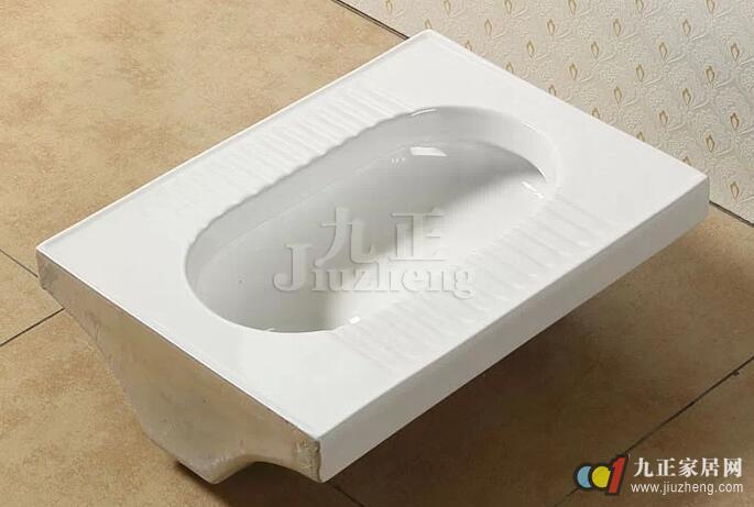 卫浴装修中蹲便器是我们经常见到的,其实蹲便器总体来说要比座便器卫生,安全。因为它不直接和我们的皮肤接触,这就减少了细菌的交叉感染。蹲便器水箱怎么安装呢?蹲便器水箱是蹲便器最重要的部分,下面,九正家居网为大家讲述下蹲便器的尺寸和蹲便器的安装方法,希望可以帮助到大家。 蹲便器相配合安装的水箱,水箱安装高度距离便器水圈1.
