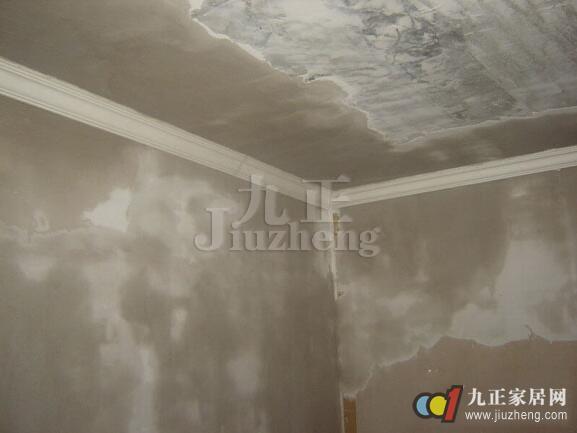 在家庭装修中,墙面是最大的一项面积工程,不管对墙面怎么装修、装饰,墙面的基层处理很重要。墙面基层处理有哪些步骤呢?下面跟九正家居网来看看答案以及墙面基层处理的价格知识吧。 墙面基层处理有哪些步骤 1、新墙面需有足够养护期。一般需保养1个月,如冬季低温或潮湿地区保养期需适当延长,确保墙体湿度小于10%。可用专用仪器(液晶显示式双探头墙体测湿仪)进行墙体湿度的检测。 2、体碱度须小于10。一般新墙用水泥砂浆抹涂结束后,湿态其碱性为14,养护1个月左右其PH值可降至8,可用清水浇湿墙面,然后用精密PH试纸粘附墙