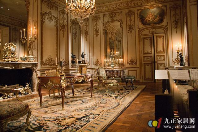 洛可可装修风格采用明快的色彩和纤巧的装饰,让整个家装沐浴在大自然的气息之中。那么大家知道什么是洛可可风格吗?接下来跟九正家居网来看看洛可可风格的特点知识吧。 什么是洛可可风格? 洛可可风格是一种建筑风格,主要表现在室内装饰上,对于府邸的形制和外形上也有相应特征。18世纪20年代产生于法国,流行于法国贵族之间,是在巴洛克建筑的基础上发展起来的。洛可可风格主要见于府邸中,对于教堂并无影响。  洛可可风格的特点 洛可可风格装修崇尚自然,因此在装饰上面,都尽量模仿原生态。洛可可装修风格多以贝壳、山石作为装饰题材,