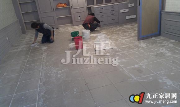 越来越多的人呢已经开始选择塑料地板砖了,这是一种新型的装修材料,塑料地板砖怎么样呢?下面跟九正家居网来看看塑料地板砖的分类知识吧。 塑料地板砖怎么样 塑料地板砖,也就是用塑料制作而成的地板砖材料,主要用来铺设地板。塑料地板砖按照其材质软硬程度可分为硬质、半硬质和软质三种。其制作原料主要可分为PVC塑料、PE塑料和PP塑料这三种。现在大多数塑料地板砖采用的原料都是PVC塑料。  塑料地板砖的分类 第一类是块材地板。这种塑料地板砖一般都是半硬质地板,其厚度一般大于1.