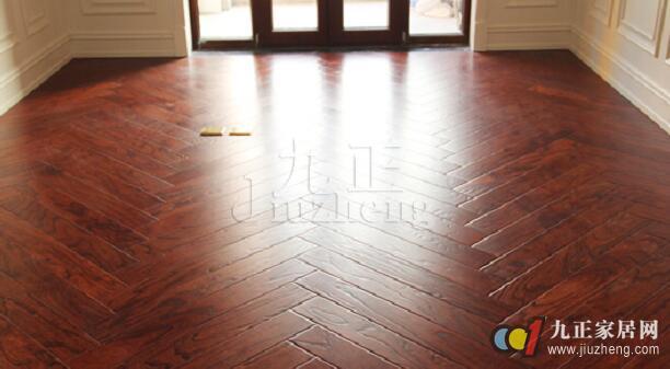 在铺设木地板之前要对其环境进行全面的检查,所以在铺设木地板之前要了解一些相关的事项,铺设完的木地板保养和清洁也要引起重视,下面和九正家居网一起来看看吧。 木地板铺设注意五点 一、铺装材料验收 对重要的铺装材料,如木地板、毛地板、人造板、木龙骨、地板钉、防潮膜、胶粘剂、防水涂料等,均应当符合国家有关标准并验收合格后方可使用。尤其是所购木地板的含水率问题,消费者尤其应重视。一般地板厂家都会提供送货上门的服务,但如果你有时间,尤其是大面积使用地板的业主,最好能亲自去厂家仓库或中转站提前验货,一般厂家都会在仓库配