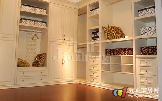 走入式衣柜除储物柜外,它一般还应包含梳妆台、更衣镜、取物梯子、烫衣板、衣被架、座椅等设施,属于定制家具。用于储存衣物和更衣的独立房间,可储存家人的衣物、鞋帽、包囊、饰物、被褥等,那么,走入式衣柜怎么样呢?好用吗?在材质上有什么分类呢?下面,九正家居网为大家讲述下走入式衣柜的特点和材质分类,希望可以帮助到大家。 什么是走入式衣柜  走入式衣柜,又称走步入式衣帽间。它是单独利用一个房间或空间作为衣帽、换季物品存放、试衣、化妆的地方,属于家具定制。储存空间完整,衣服陈列整齐,存取方便,有充裕的活动空间。一般应配