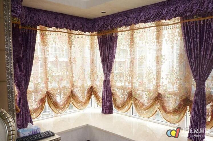 欧式装修强调以华丽的装饰、浓烈的色彩、精美的造型达到雍容华贵的装饰效果,看起来给人一种很高大上的感觉,是高档楼盘和别墅豪宅装修的主要风格。也是多数人的选择,对于欧式窗帘来说,欧式窗帘怎么搭配?欧式窗帘如何选购呢?接下来九正家居网就来为大家一一介绍,我们一起去看看吧。  欧式窗帘怎么搭配? 金色月季花图案窗帘搭配同款布艺的沙发和米色的墙面,使居室变得十分明亮,时刻都有阳光明媚的感觉。 经典的玫瑰花团图案窗帘是搭配深色木质家具及装饰的最佳选择,让整个空间都显得很温暖。 深红色的织锦缎窗帘是冬季窗帘的最佳选择之