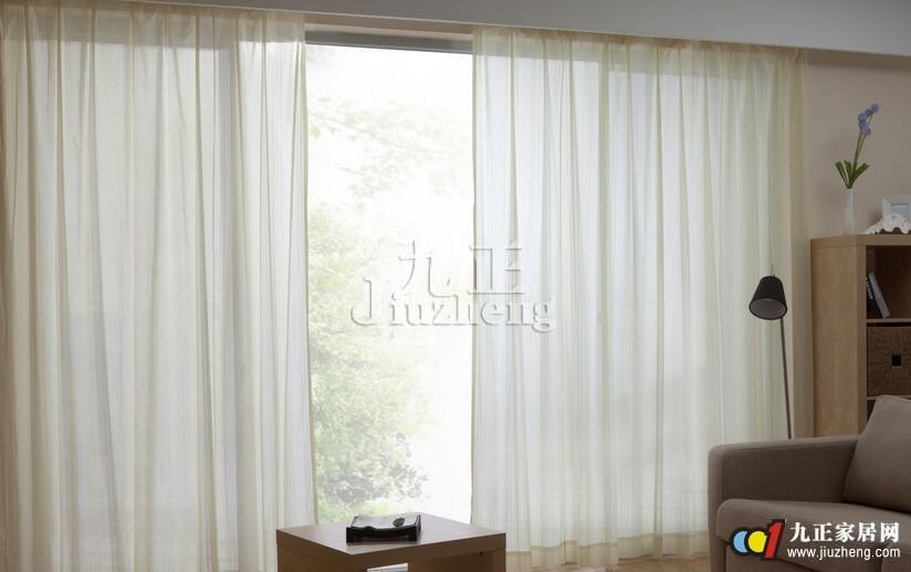 客厅窗帘用什么颜色好? 一、白色窗帘 白色给人干净、整洁、大方的感觉。白色窗帘的确是最受欢迎的窗帘之一。 二、紫色窗帘 紫色具有浪漫、高贵、典雅、神秘的气质。不是所有的客厅都适合。如果你的客厅装饰效果好,可直接选用紫色窗帘。 三、巧克力色窗帘 巧克力色拥有高贵的气质。配合墙纸效果会更好,如果墙是白色,装饰效果不是那么理想。 四、灰色窗帘 灰色给人的感觉就是脏、没品位。适合面积小的客厅,遮蔽效果好,如果你是一个喜欢朴素、低调的人,可以选择灰色的窗帘。 五、咖啡色 咖啡色拥有高贵的气质。装饰、阳光过滤效果不
